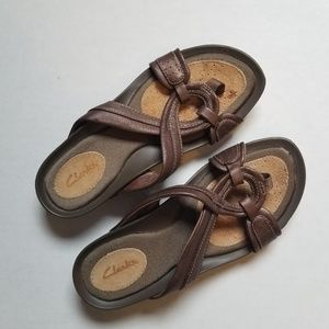 Clarks bronze leather thong sandals size 6